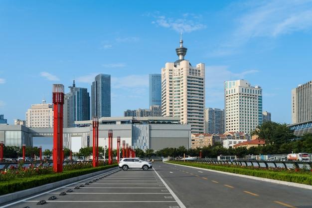 Centro financiero de estacionamiento al aire libre en qingdao, china