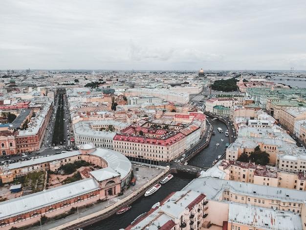 Centro de fotografía aérea de san petersburgo, techos, río moika, río neva, plaza del palacio. la luz del atardecer.