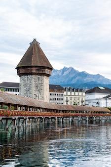 Centro histórico de la ciudad de lucerna con el famoso puente de la capilla en suiza.