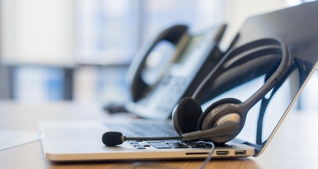 Centro de llamadas con auricular en el sistema telefónico voip.