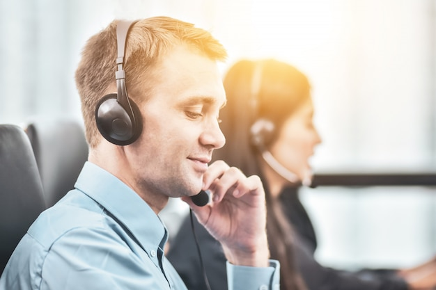 Centro de llamadas equipo servicio feliz totalmente apoyo cooperación