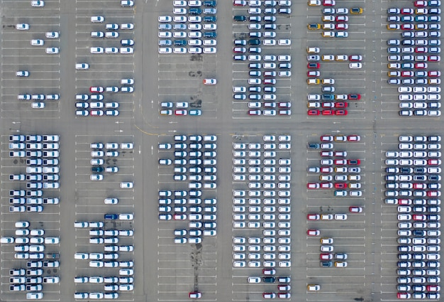 Centro de logística de concesionarios de automóviles, automóviles nuevos estacionados.