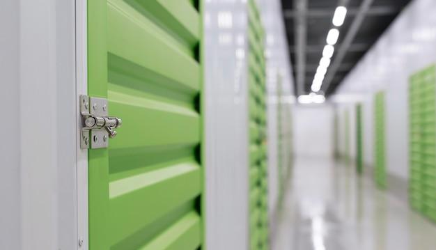 Centro logístico con unidades de almacenamiento de cerca
