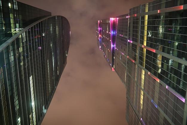 Centro de negocios en una gran ciudad con altos rascacielos por la noche