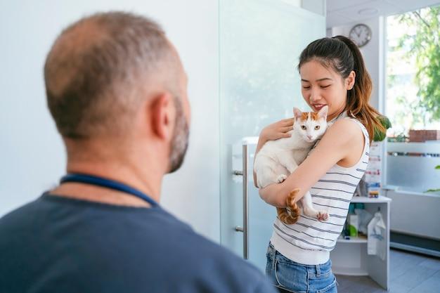 Centro veterinario de emergencia con un cliente. clínica de salud blanca para animales. adentro.
