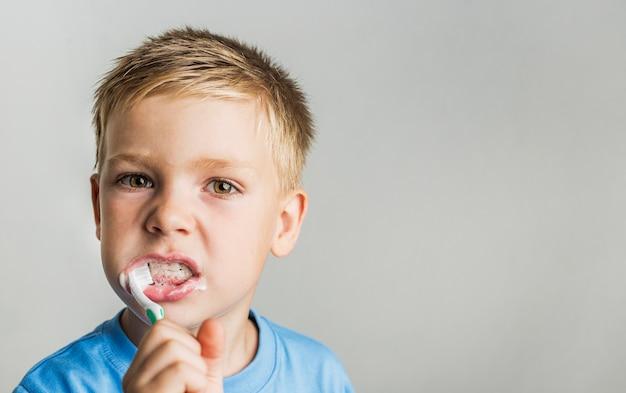 Cepillado de dientes de niño de primer plano
