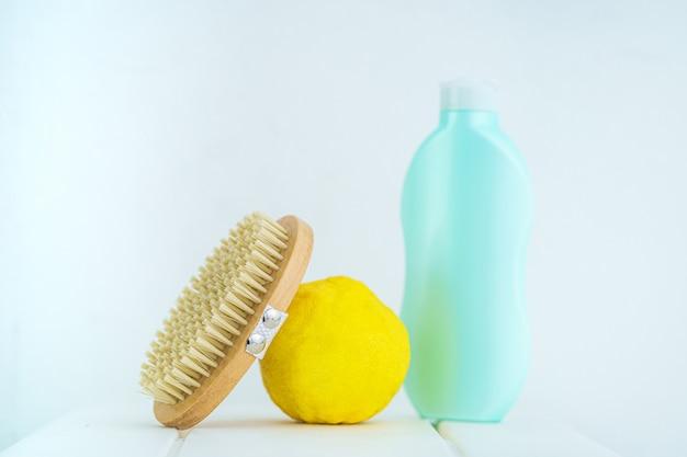 Cepillarse la piel con un cepillo de madera seco para prevenir y tratar la celulitis y problemas corporales.