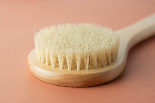 Cepillo de baño hecho de bambú aislado. cero desperdicio de producto. no hay concepto de plástico.