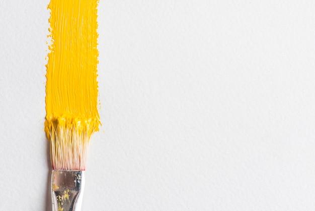 Cepillo cerca de una mancha de pintura