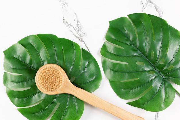 Cepillo de cerdas naturales de mango largo para el cuidado de la piel del cuerpo concepto de cepillado en seco