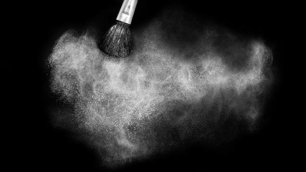 Cepillo cosmético con esparcimiento de polvo cosmético blanco
