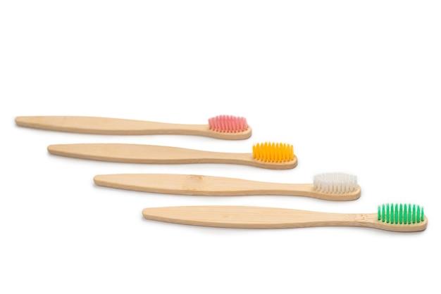 Cepillo de dientes de bambú aislado en blanco.