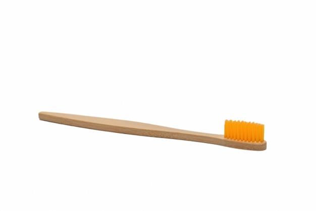 Cepillo de dientes de bambú aislado sobre una superficie blanca