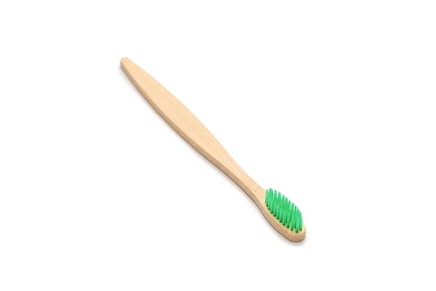 Cepillo de dientes de bambú aislado en una superficie blanca. vista superior.