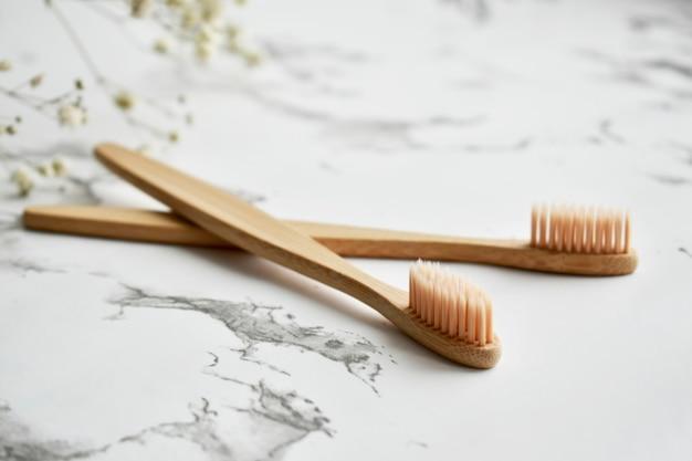 Cepillo de dientes de bambú ecológico. conjunto de residuos cero. endecha plana. vista superior. copia espacio