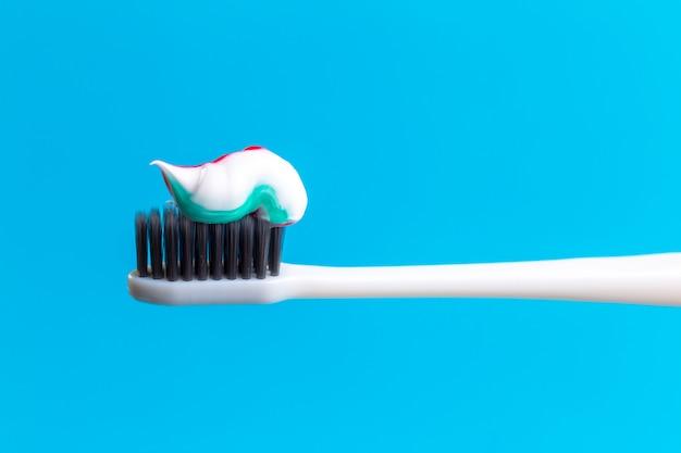 Cepillo de dientes y pasta de dientes