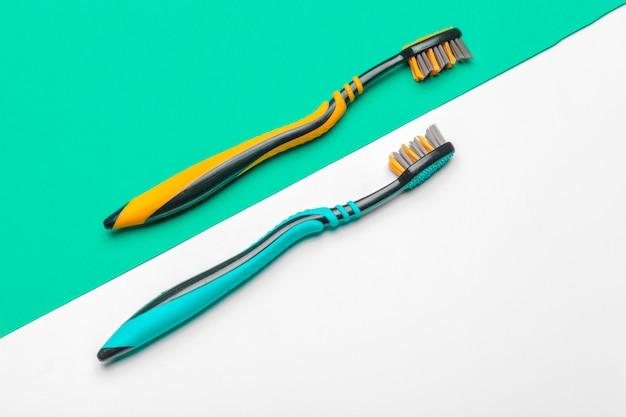 Cepillo de dientes sobre fondo verde, concepto de cuidado dental