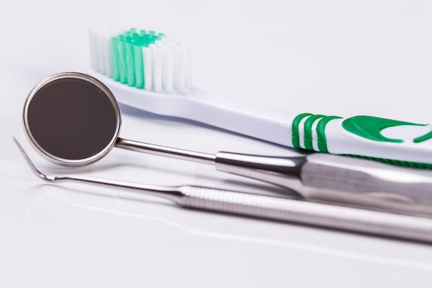 Cepillo de dientes sobre la mesa