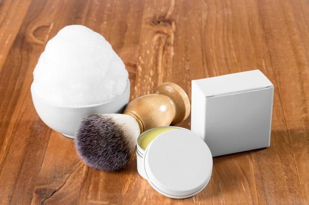 Cepillo y espuma de herramientas de peluquería de alta vista