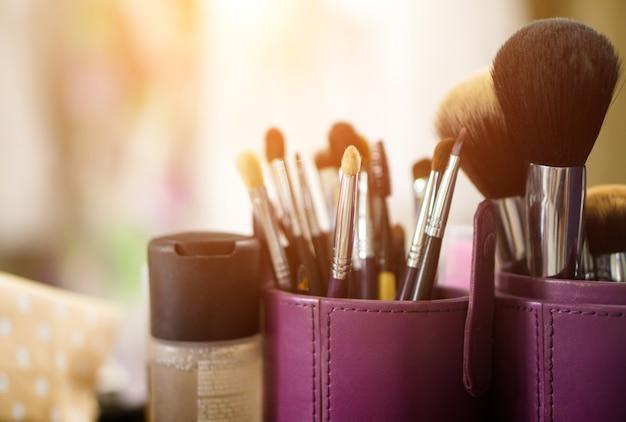 Cepillo de maquillaje y fondo de la luz del sol
