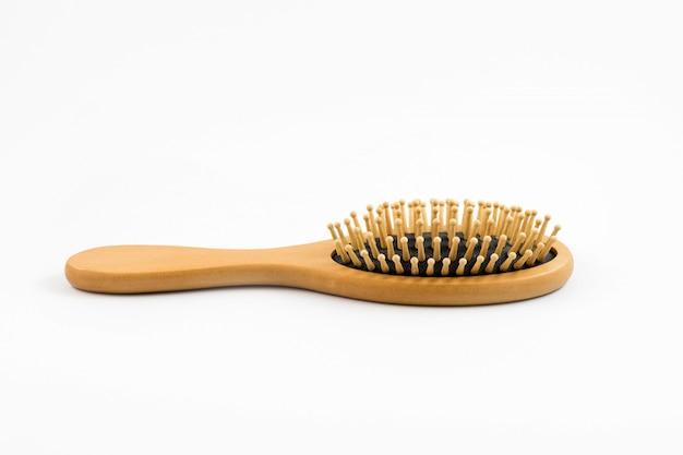 Cepillo de pelo de madera aislado sobre fondo blanco, peine de madera para el cuidado del cabello