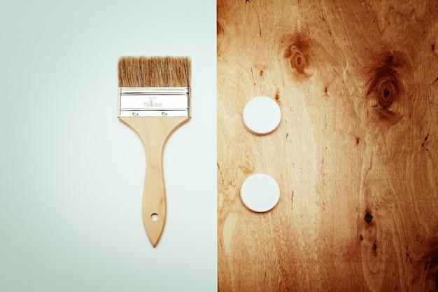 Cepillo de renovación con papel y textura de madera.