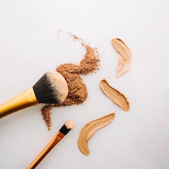 Cepillos cerca de polvo y corrector