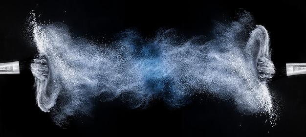 Cepillos cosméticos con extensión de polvo.