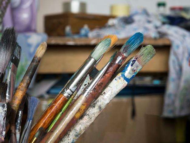 Cepillos desordenados con diferentes colores.