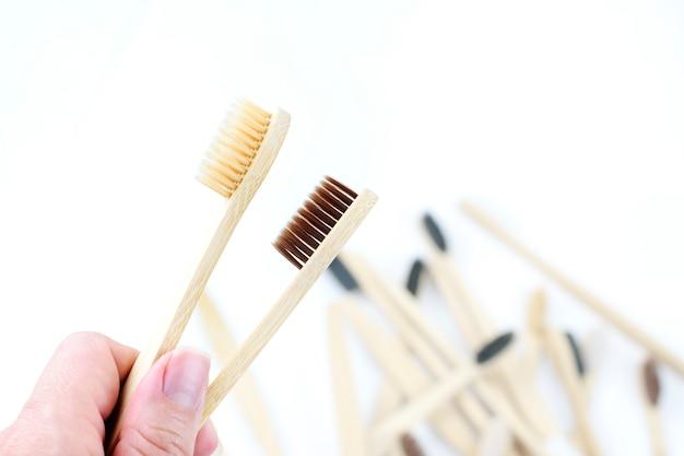 Cepillos de dientes de bambú ecológicos en primer plano de la mano