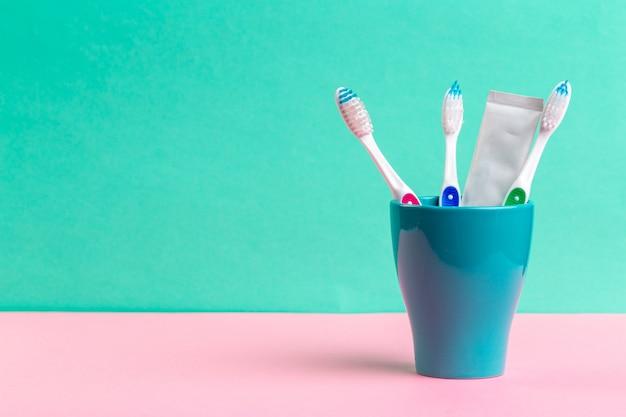 Cepillos de dientes en vidrio sobre la mesa