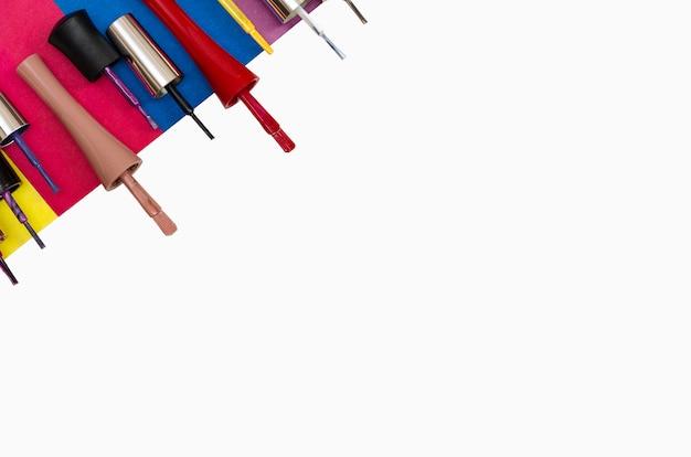 Cepillos de esmalte de uñas aislados sobre fondo blanco.