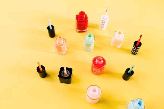 Cepillos y esmaltes de uñas
