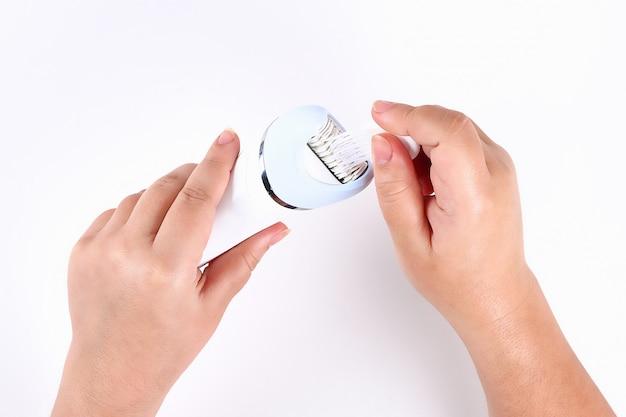 Cepillos de niña pincel depilador eléctrico blanco. vista superior.