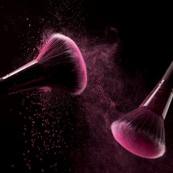 Cepillos con partículas de polvo rosa.