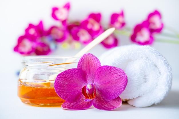 Cera miel, toalla y flores