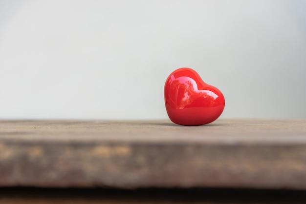 Cerámica en forma de corazón rojo