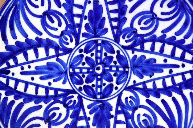 Cerámica pintada con formas azules en placa.