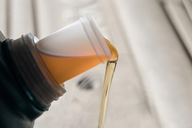 Cerca del aceite que sale del bote