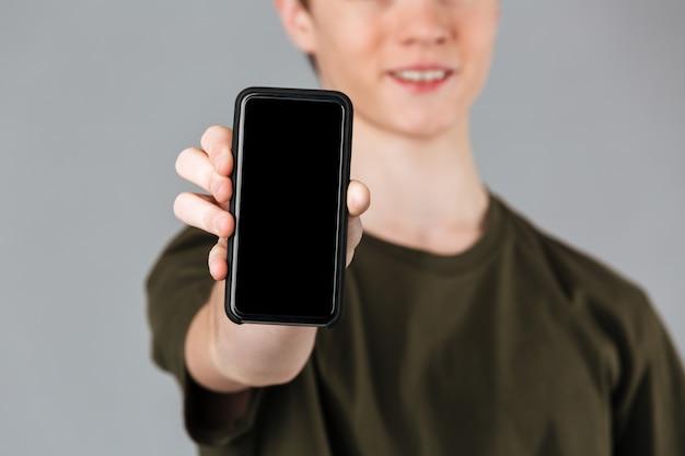 Cerca de un adolescente masculino sonriente