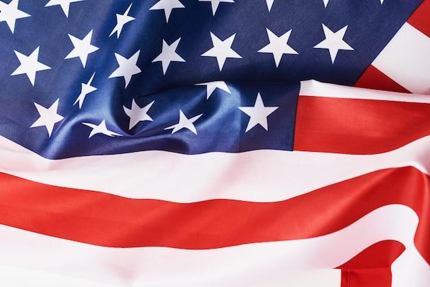 Cerca de agitar la bandera estadounidense nacional de ee. uu. como un concepto de memorial o día de la independencia o el 4 de julio