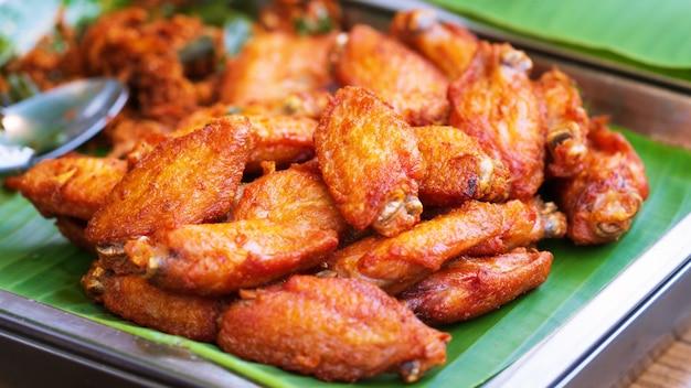Cerca de alitas de pollo frito
