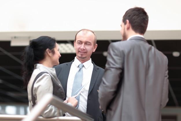 De cerca. amigos amistosos hablando en la oficina.foto con espacio de copia