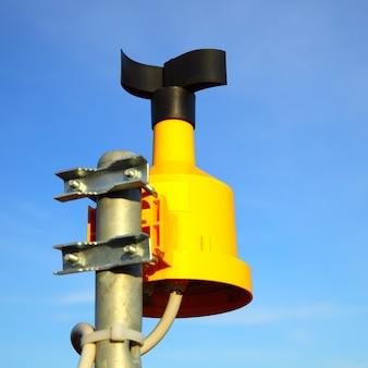 Cerca del anemómetro (medidor de viento) en la parte superior del poste