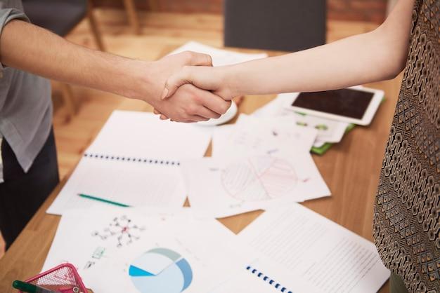 Cerca del apretón de manos de empresarios en la oficina