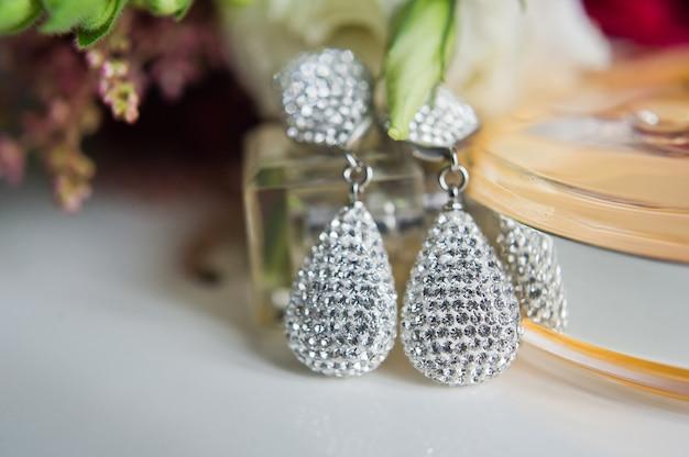 Cerca de aretes de diamantes. de cerca, espacio para tu texto