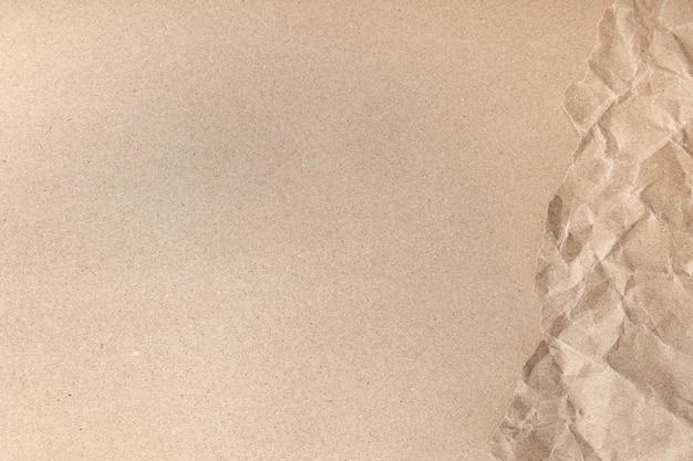Cerca de la arruga marrón reciclada arrugada vieja con el fondo áspero de la textura de la página de papel.