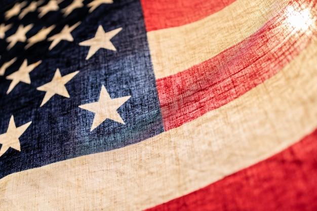 Cerca de la bandera de estados unidos de américa en cálido estilo retro y luz de fondo, enfoque selectivo
