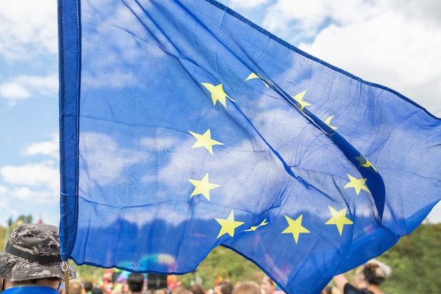 Cerca de la bandera de la unión europea en el desfile del orgullo gay de praga