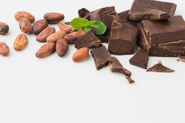 Cerca de la barra de chocolate machacado